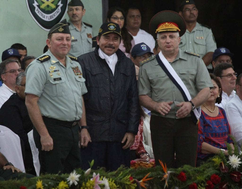 Army chief Julio Cesar Aviles with Daniel Ortega and a Russian military officer. Photo: Confidencial