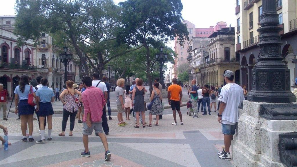 Personas en la calle esperando