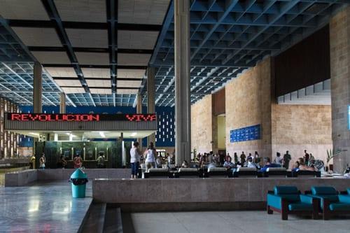 Inside the lobby of the Hermanos Almejeiras hospital. Photo: Juan Suárez