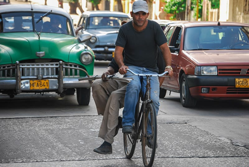 While other countries promote cycling, cycling paths were erradicated in Cuba leaving cyclists at the mercy of traffic. Photo: Raquel Perez Diaz