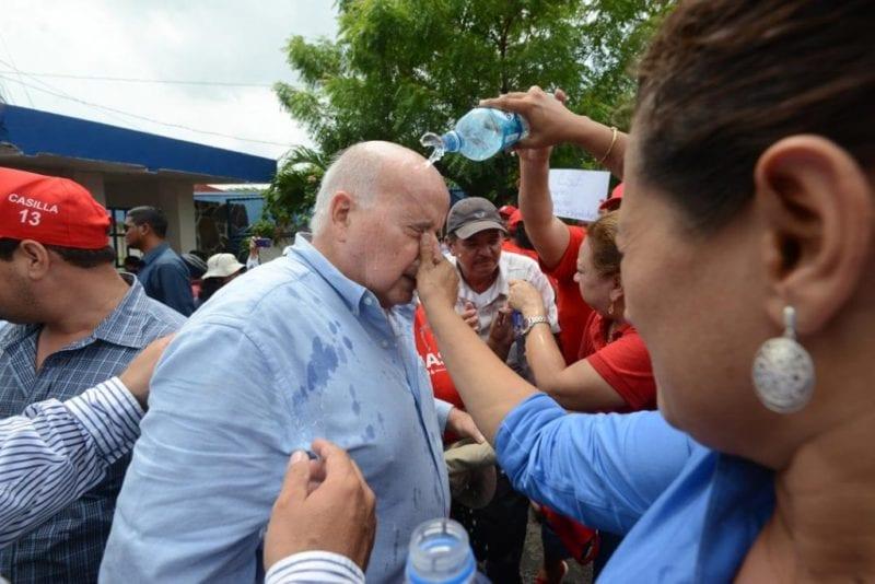 El diputado Alberto Lacayo después de ser rociado con gas pimienta por guardias de la CSJ. Carlos Herrera/Confidencial