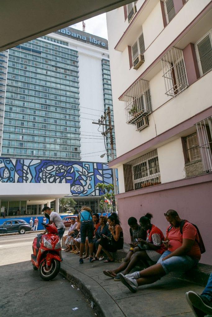 A Wi-Fi hotspot in Havana. Foto: Juan Suarez