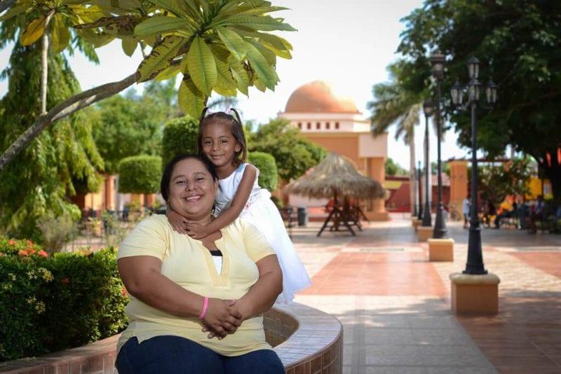 Nohemi, madre lesbiana, posa junto a su nieta en el parque central de Nagarote. Photo: Carlos Herrera/confidencial