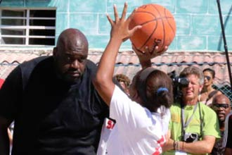 Shaq gives a basketball workshop to children and teenagers in Vedado, Havana. Photo: Jose L. Anaya