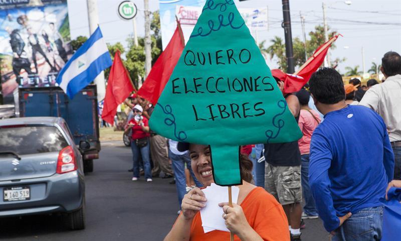 A woman protests in Managua against the Supreme Electoral Council Foto: Mario López/EFE
