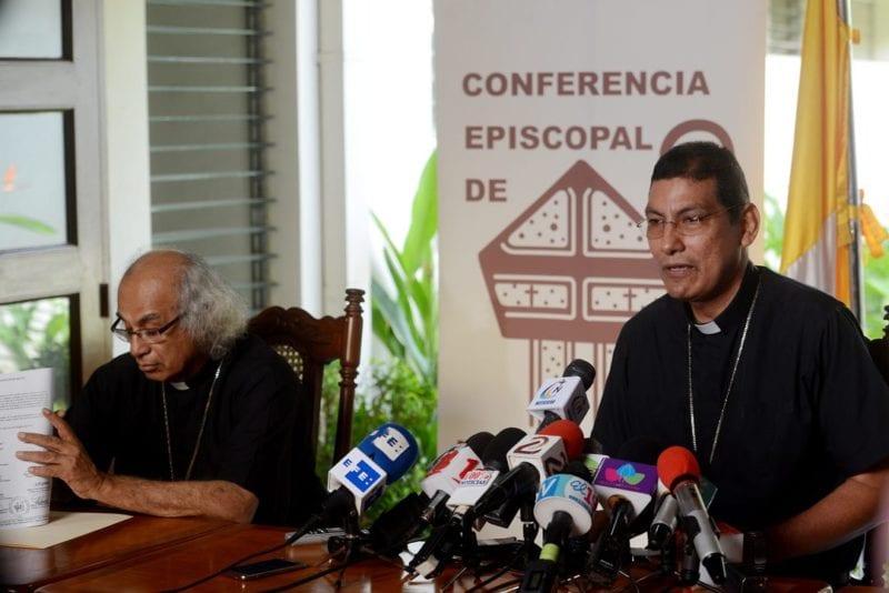 Jorge Solarzano (r), bishop of Granada and Secretary of the Nicaraguan Episcopal Conference and Cardinal Leopoldo Brenes. Photo: Carlos Herrera/Confidencial
