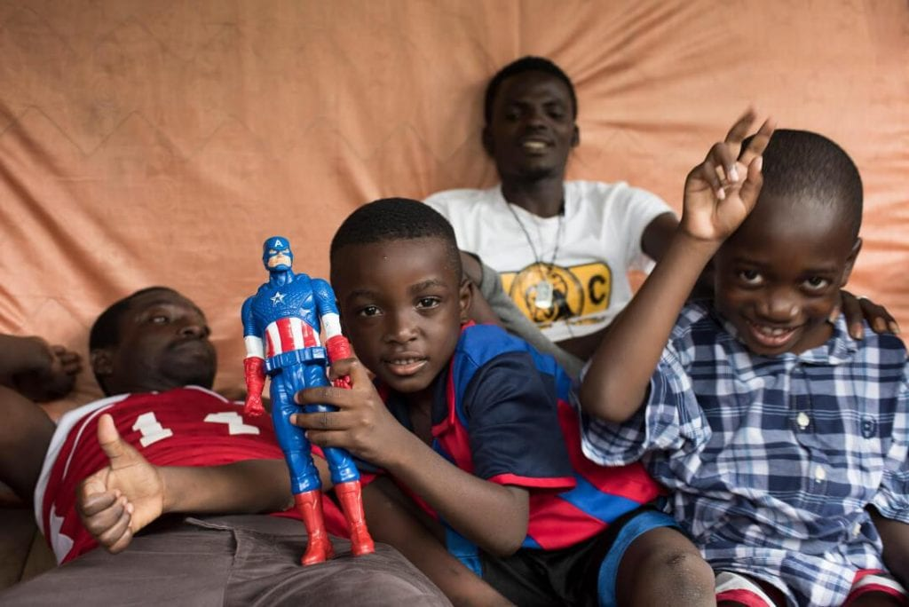 Among the African and Haitian migrants there are also children  who have made the long journey. Photo: Ruben Lucia.