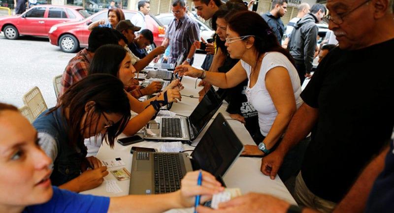 Photo taken during the initial signature campaign against the Maduro presidency. Photo: mundo.sputnik.com