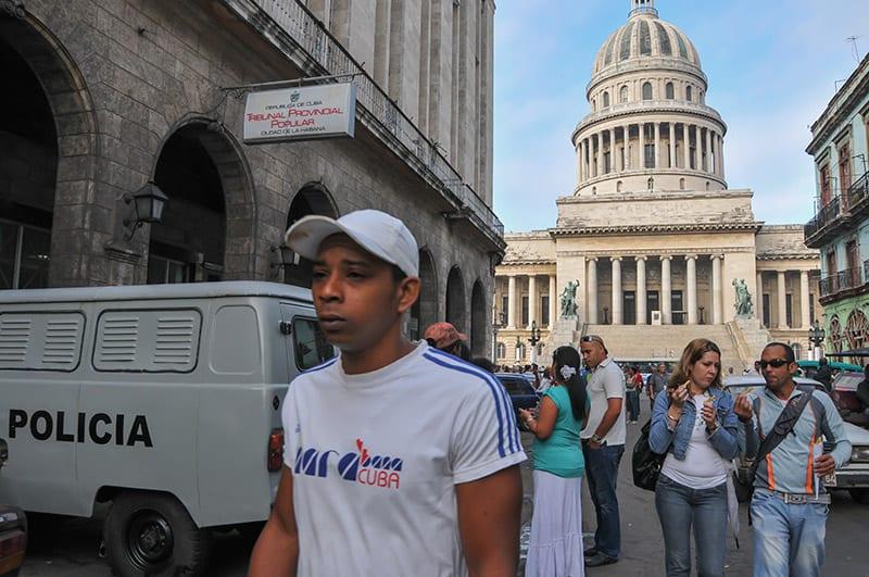 Outside the Havana Provincial Tribunal. Photo: Raquel Perez Diaz