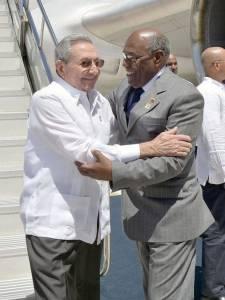 Raul Castro arriving to Margarita Island. He was met by Venezuela's Exectutive VP, Aristobulo Isturiz. Foto: Estidios Revolución
