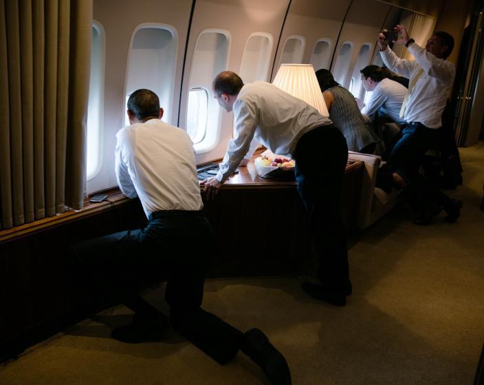 El presidente Obama (izq.) y sus asesores cuando estaban a punto de llegar a La Habana en marzo de este año. Foto: Casa Blanca