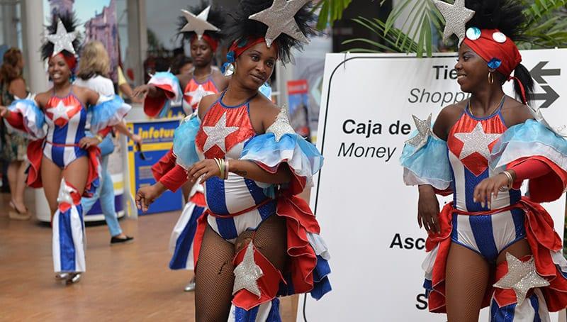 Las leyes no se respetan como demuestran estas guaracheras vestidas con la bandera cubana, lo cual está expresamente prohibido. Foto: Raquel Pérez Díaz