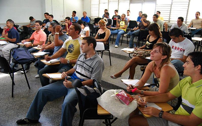"""Resulta difícil de creer que los estudiantes cubanos son tan influenciables que basten unas semanas estudiando con """"los estadounidenses"""" para que se conviertan líderes anticastristas. Foto: Raquel Pérez Díaz"""