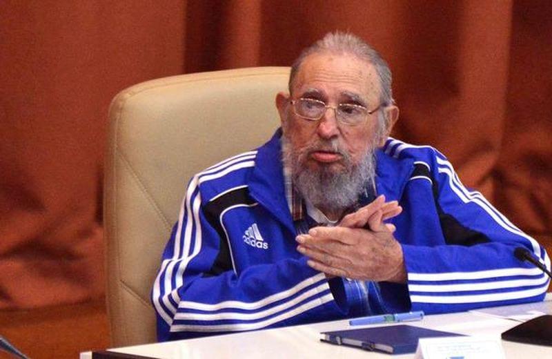 El líder de la Revolución cubana, Fidel Castro Ruz (I), asiste a la sesión final del 7mo. Congreso de la organización partidista, en el Palacio de las Convenciones, en La Habana, el 19 de abril de 2016. ACN FOTO/Omara GARCÍA MEDEROS/sdl