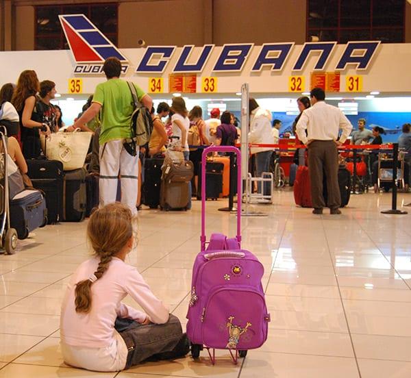 La emigración de jóvenes está dejando a Cuba personas en edad laboral y afectando la tasa de natalidad.