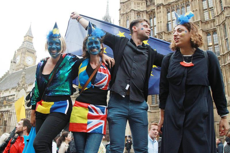 A group of young people protest in front of Westminster against the results of the referendum regarding the United Kingdom's withdrawal from the European Union. EFE/SEAN DEMPSEY