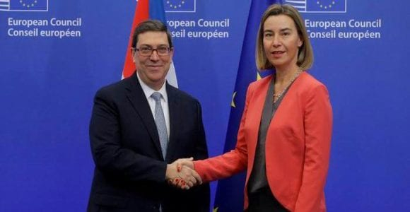 Cuban Foreign Minister Bruno Rodríguez and his European Union counterpart shake hands after signing the agreement. Photo: O.Hoslet/DPA.
