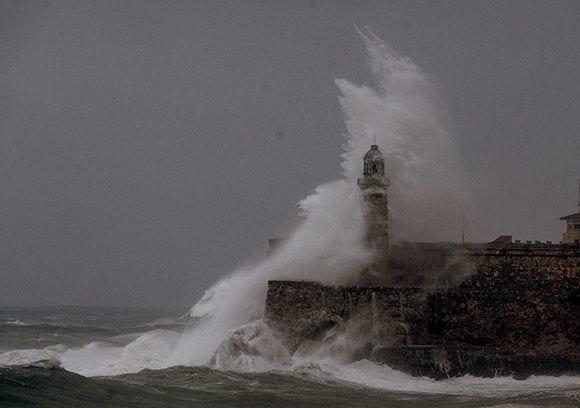 Hurracane Irma smashes against the Morro fortress. Photo: Ismael Francisco/ Cubadebate.